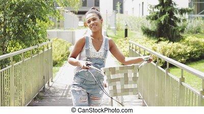 ragazza, Bicicletta, giovane, camminare