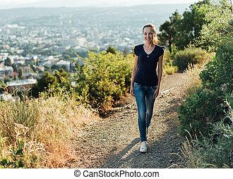 ragazza, camminare, colline