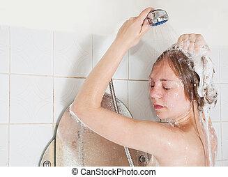 Qualcuno potrà trovare che lidea di fare la doccia insieme sia banale, per nulla.