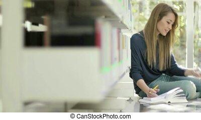 ragazza, con, telefono mobile, in, biblioteca