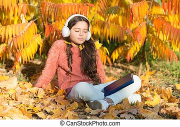 ragazza, conoscenza, istruzione, school., piccolo, privato, bambino, autunno, headphones., cultura, assimilare, poco, meglio, linea, way., libro, ascolto, questo, environment., godere