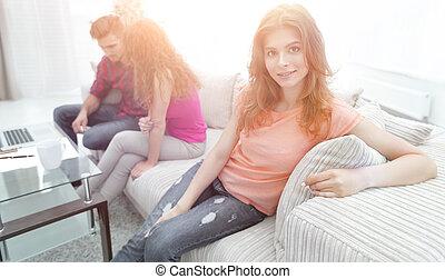 ragazza, divano, amici, studente, seduta