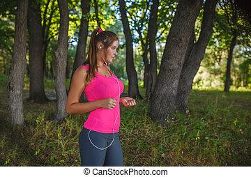 ragazza, europeo, apparenza, in, uno, camicia dentellare, e, grigio, calzamaglia, ascoltando musica, su, cuffie, bianco, correndo, attraverso, il, legnhe, natura, correndo, sport