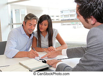 ragazza, firmare, padre, prestito, contratto