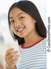 ragazza, giovane, latte, dentro, sorridente, bere