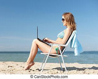 ragazza, guardando, pc tavoletta, spiaggia