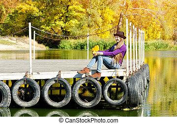 ragazza, in, il, cappello, seduta, su, il, bacino, vicino, il, river., autunno, sunny.
