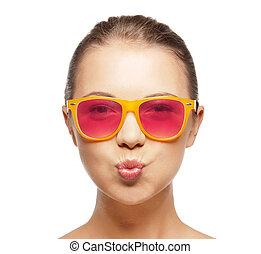 ragazza, in, rosa, occhiali da sole, soffiando bacio