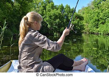 ragazza, in, uno, barca, è, pesca, in, il, lago