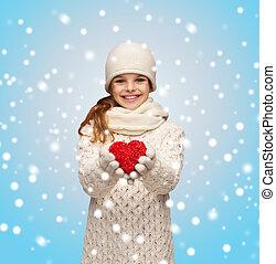 ragazza, in, vestiti inverno, con, piccolo, cuore rosso
