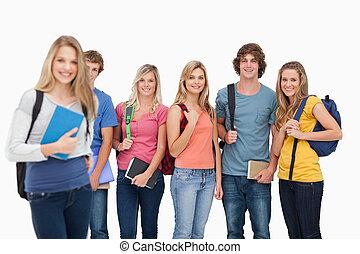 ragazza ingranaggio, loro, macchina fotografica, amici, stare in piedi, essi, sorridente, sguardo, lei, università