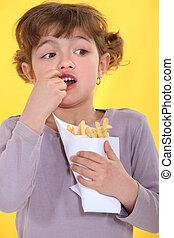 ragazza, mangiare, uno, borsa, patatine fritte