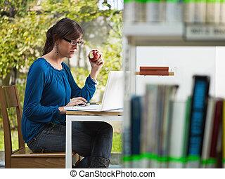 ragazza, mela, biblioteca, presa a terra