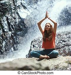 ragazza, montagne, cascata, yoga, occupato