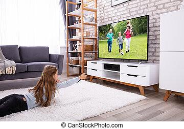ragazza, osservare televisione