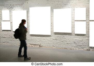 ragazza, passeggiata, attraverso, cornici, su, uno, muro di mattoni