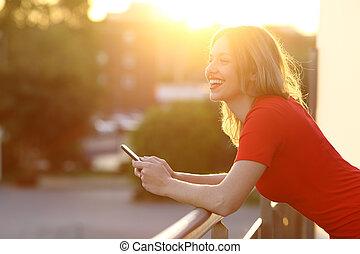 ragazza, pensare, e, presa a terra, uno, far male, telefono, a, tramonto