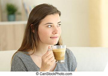 ragazza, presa a terra, uno, tazza caffè, e, latte, guardando, lato