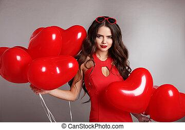 ragazza, ritratto, fondo., grigio, brunetta, cuore, palloni, attraente, isolato, valentina, studio, carino, day., donna, rosso, festa., amore, compleanno