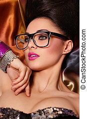 ragazza, ritratto, modello, haistyle, brunetta, birght, luminoso, fondo, occhiali, trucco, colorito, rosa, insolito, accessorio, labbra, bello, moda