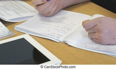 ragazza, scrive, in, uno, scuola, matematica, quaderno