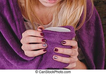 ragazza, sedere divano, in, livingroom, con, tè