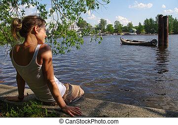 ragazza, seduta, su, banchina, e, guardando, il, river., donna rilassa, vicino, uno, lake.