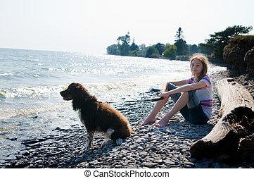 ragazza, seduta, su, uno, spiaggia, con, lei, cane