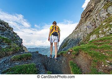 ragazza solo, exceeds, passaggio montagna