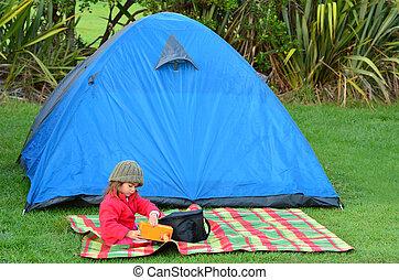 ragazza, su, campeggiare vacanza
