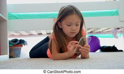 ragazza, usando, vetro, telefono mobile, su, pavimento, 4k