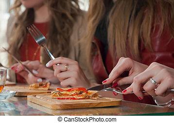 ragazze, mangiare, tre, pizza