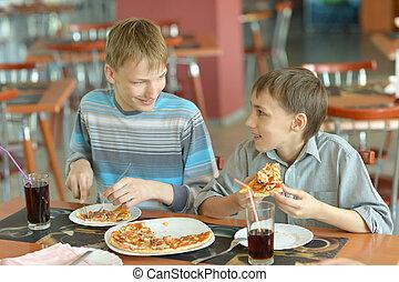 ragazzi, consumo pizza