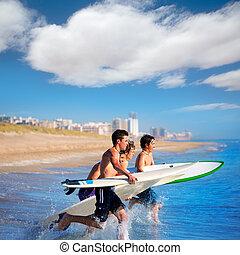 ragazzi, surfers, surfing, correndo, saltare, su, surfboad