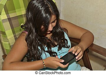Ragazzina con lo smartphone - Una adolescente che...