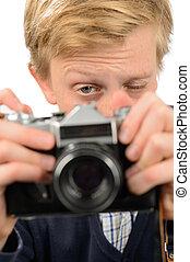 ragazzo, adolescente, macchina fotografica, attraverso, retro, fotografare