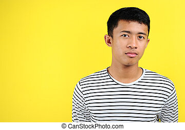 ragazzo asiatico, spalle, testa, espressione seria, adolescente