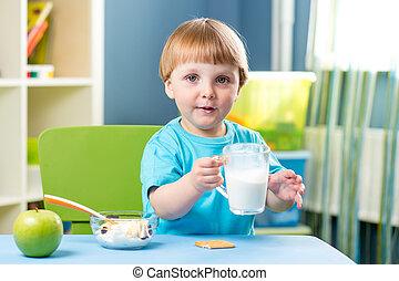 ragazzo bambino, bere, dentro, latte