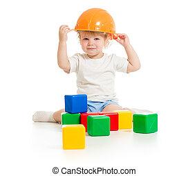 ragazzo bambino, in, cappello duro, con, costruzione blocca