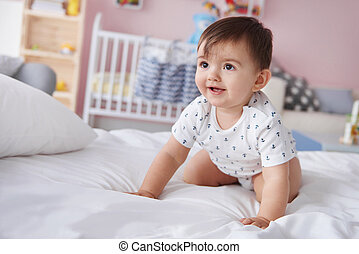 ragazzo bambino, sorridente, letto, strisciare