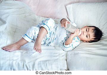 ragazzo, bevanda, asiatico, bottiglia, latte