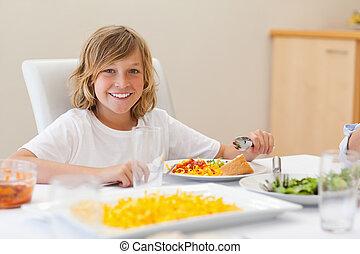 ragazzo, cena, sorridente, tavola