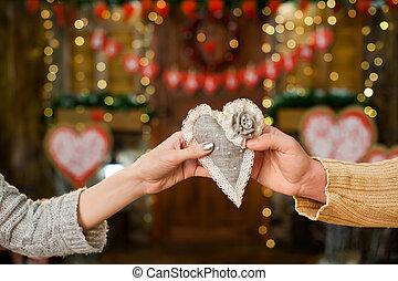 ragazzo, con, ragazza, presa a terra, cuore, su, giorno valentine