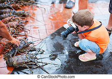 ragazzo, frutti mare, fotografare, mercato