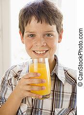ragazzo, giovane, succo, dentro, arancia, bere, sorridente