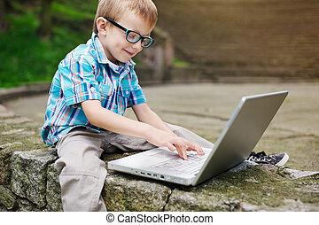 ragazzo, laptop, felice