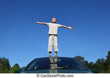 ragazzo, leva piedi, su, testa, auto, sollevamento, testa, a, cielo, e, condotte, mani, in, lati