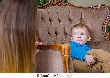 ragazzo, poco, felice, sedia, seduta