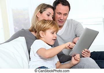 ragazzo, poco, genitori, linguetta, usando, elettronico