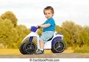 ragazzo, poco, giocattolo, quad, seduta